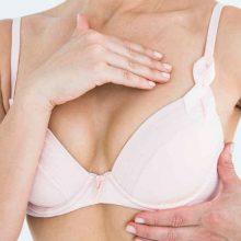 Examinarse los pechos para mejor prevención