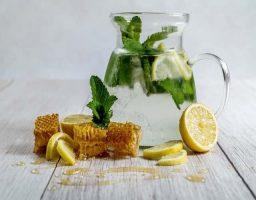 Propiedades de tomar agua con miel y limón